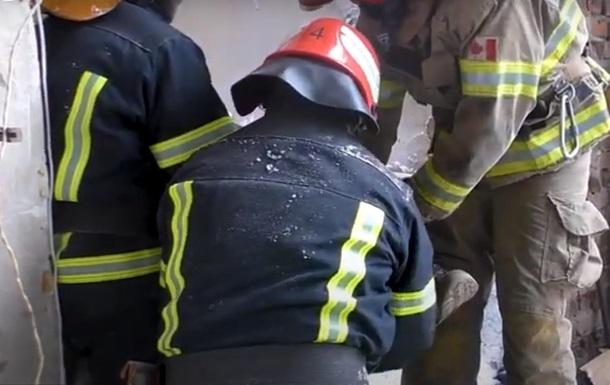 Сталося руйнування металопрофільного навісу над рампою. Прибулі рятувальники звільнили людей.