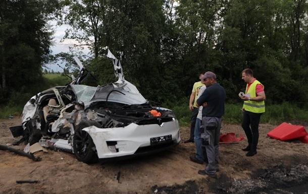 Пасажирка, яка сиділа поряд із водієм, померла до прибуття медиків. Як виявилося, автопілот у момент аварії був відключений.
