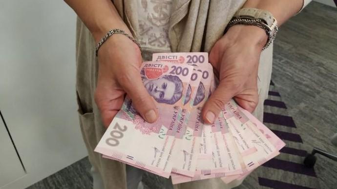 З 1 січня 2021 року в Україні мінімальна зарплата зросла до 6 тисяч гривень.
