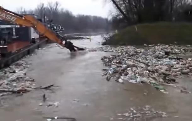 Угорська влада вже не може впоратися з напливом величезної кількості сміття з України.