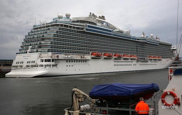 Тіло жінки виявили у воді за бортом судна. Правоохоронці вважають, що вона наклала на себе руки.