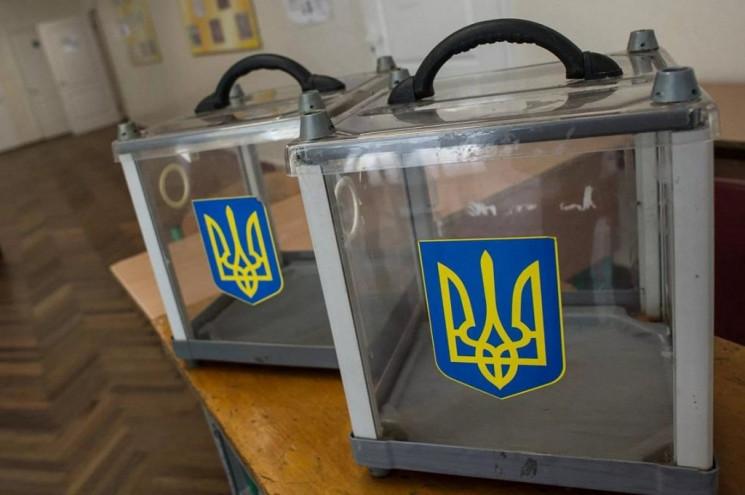 Серед кандидатів є як самовисуванці, так і представники політичних партій.