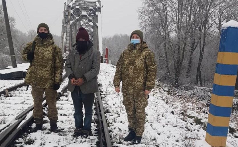 Іноземця, який мав намір незаконним шляхом потрапити в Україну, затримали учора прикордонники Чопського загону.