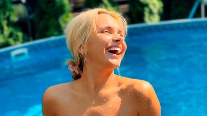 Вона провела вікенд в заміському будинку з басейном і поділилась гарячим фото в купальнику без бретелей.