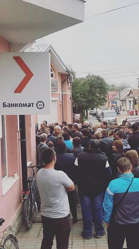 У Виноградові щодня сотні чоловік стоять в черзі за візами в Польщу