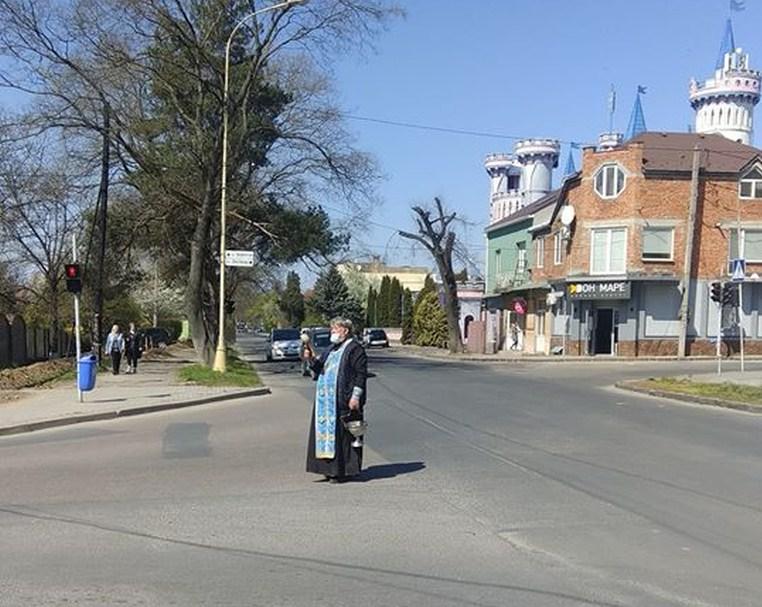 Священнослужителя помітили на перехресті вулиць Закарпатська та Собранецька, що в обласному центрі.