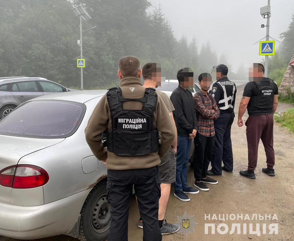 Днями працівники міграційної поліції Закарпаття, спільно з інспекторами групи реагування патрульної поліції, зупинили для перевірки автомобіль «Daewoo».