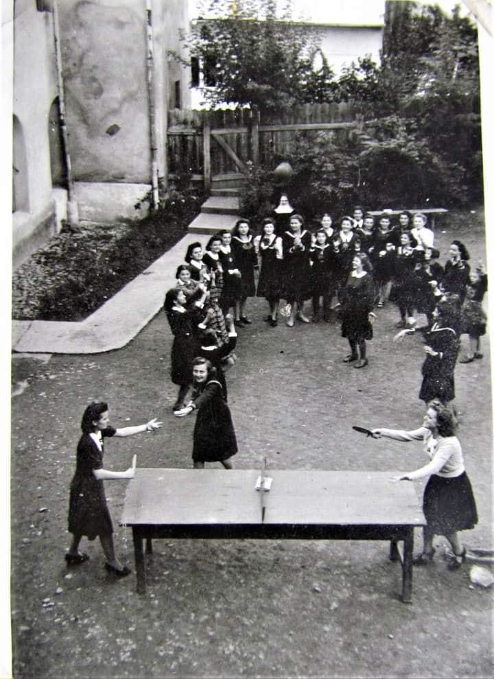 На світлині семінаристки розважаються за грою у настільний теніс.