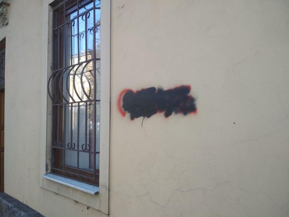 Обурені жителі нарікають також на зіпсовані стіни помешкань.
