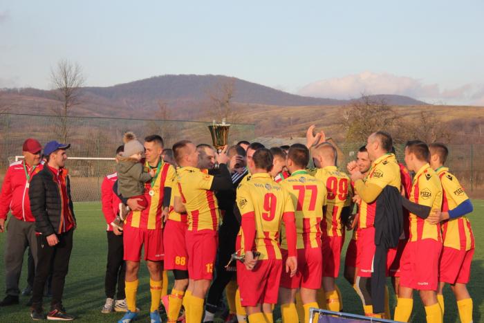 У боротьбі за почесний трофей зійшлися представник Іршавщини – «Дружба» (Дубрівка) та команда з Ужгородщини – «Зірка» (Лінці).