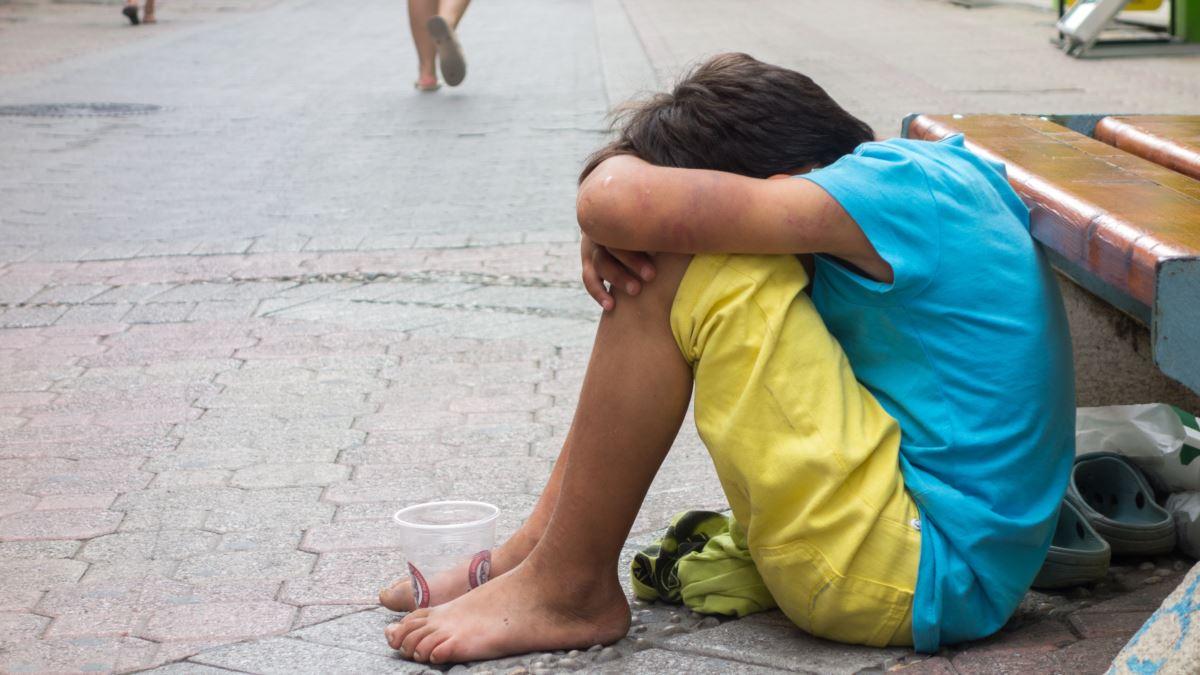 Жінка змушувала своїх дітей 13 та 14 років жебракувати на території однієї із клінік Хуста.