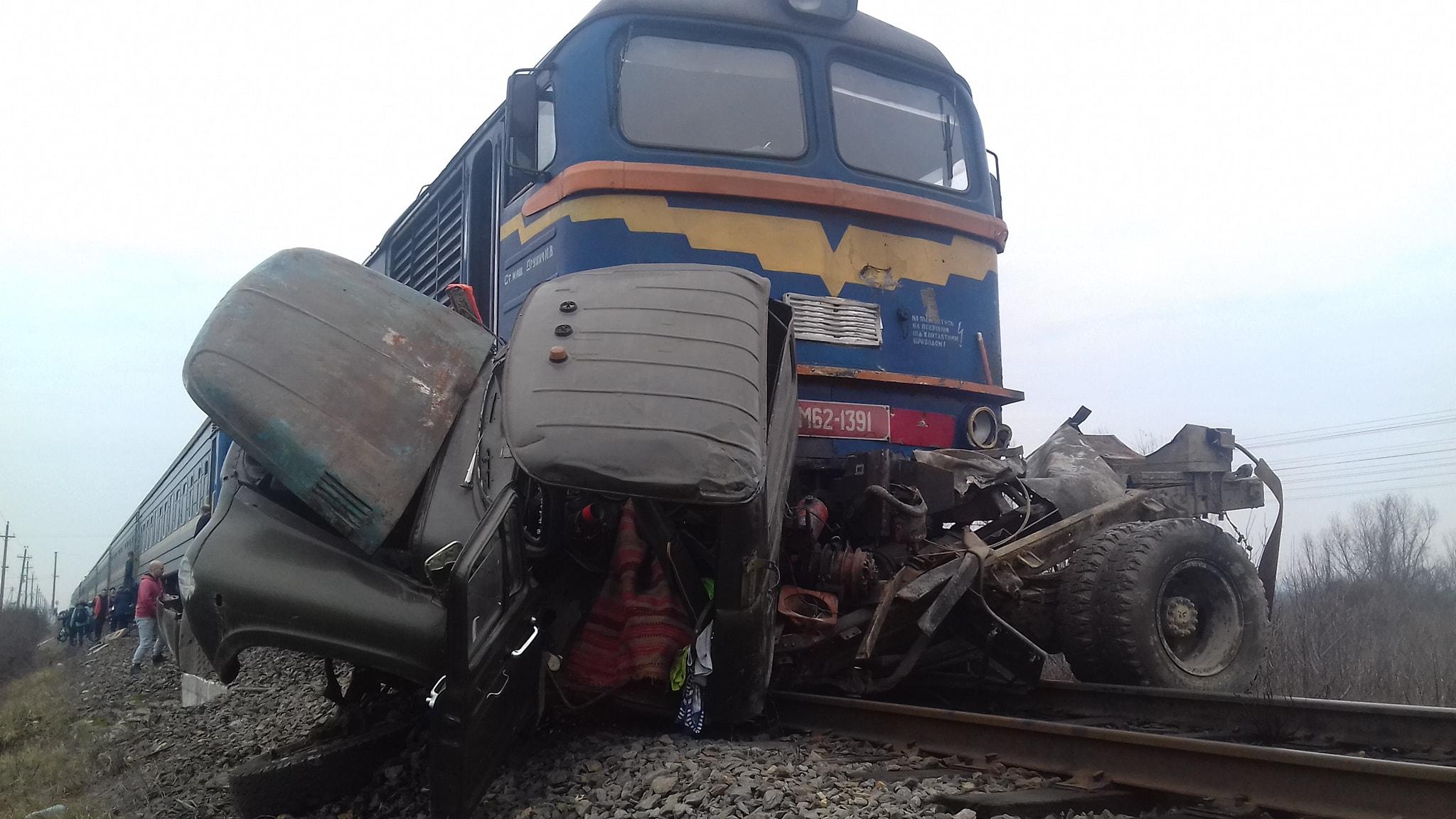 У Тячеві по вулиці Головній на переїзді пасажирський потяг Київ-Солотвино вдарив ЗІЛ-130 (асенізатор) і протягнув по колії.