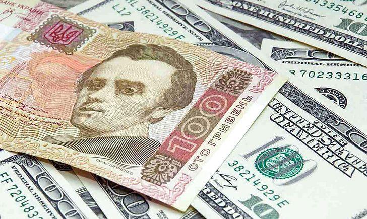 У вівторок долар подешевшає на вісім копійок, а євро - на дві копійки. На міжбанку долар і євро зростають.