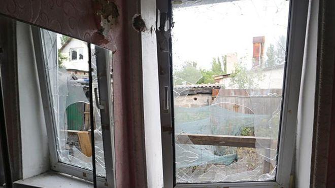 У штабі АТО повідомили, що бойовики обстріляли житлові квартали Мар'їнки, в результаті чого один чоловік отримав поранення.