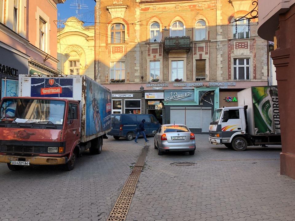 Водії вантажівок підвозять товари в крамниці центральної частини міста впродовж дня.