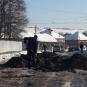 Після розголосу в мережі голова закарпатського села взявся власноруч засипати ями на дорозі (ФОТО)