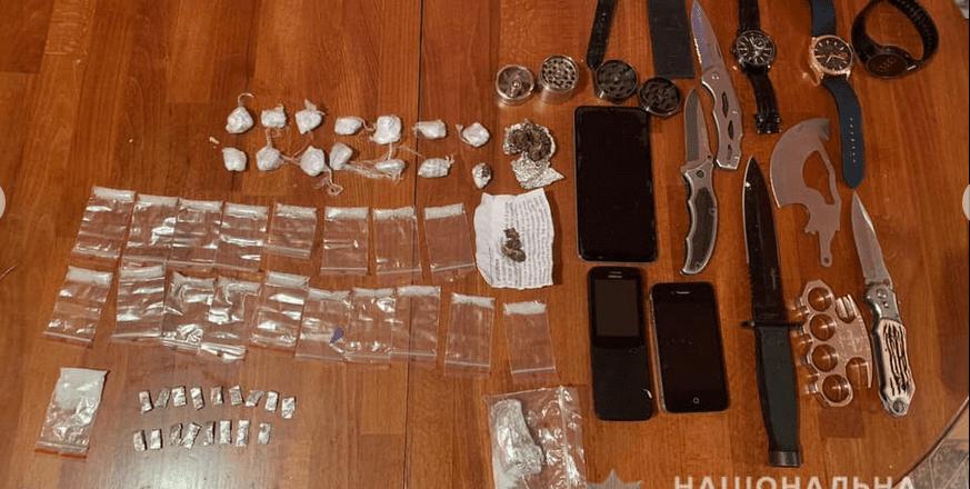 На Виноградівщині при обшуку виявили наркотики, крадене майно та зброю.