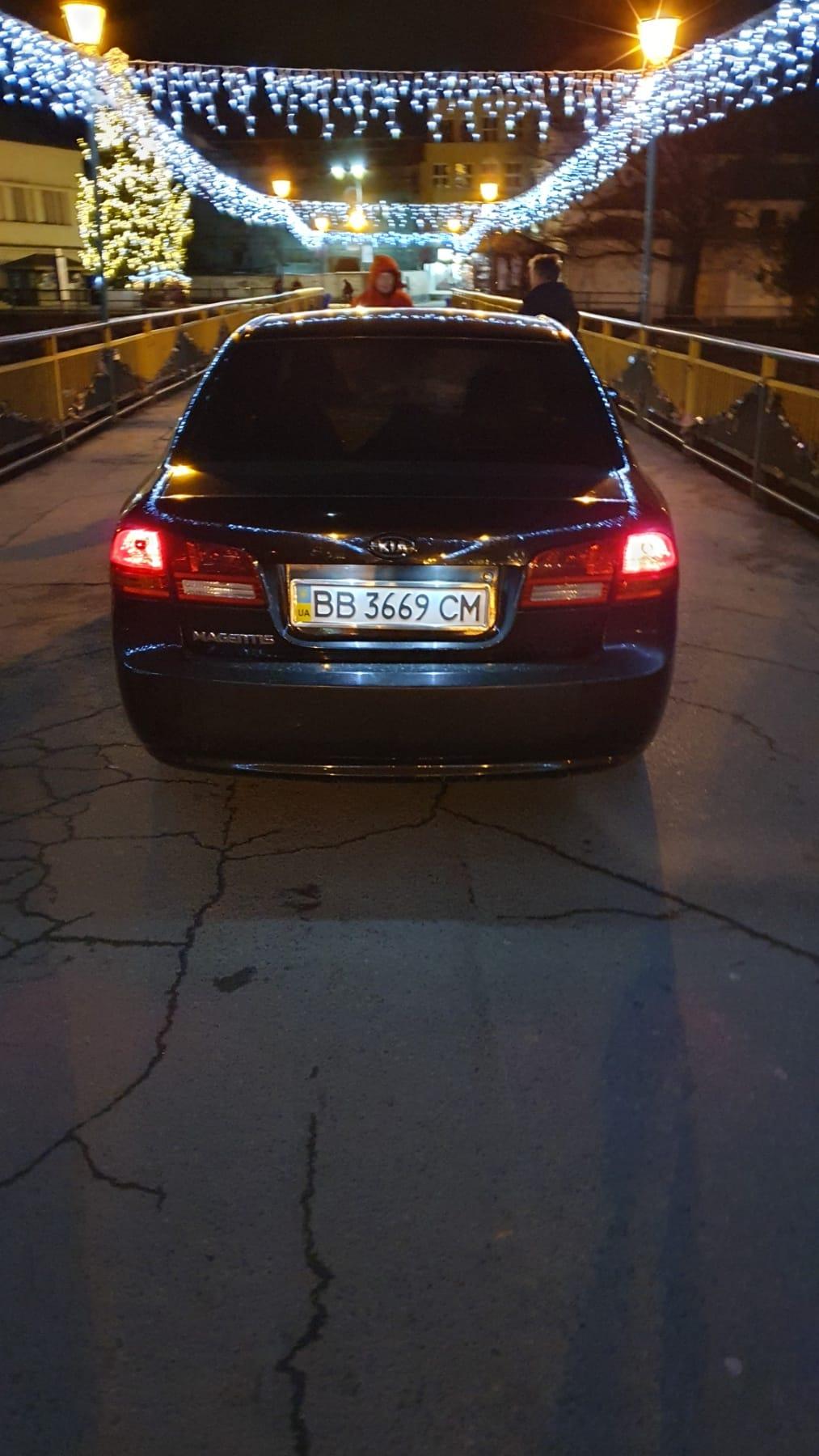 Автомобиль на Луганской регистрации был замечен прямо посреди пешеходного моста возле театралной площади.