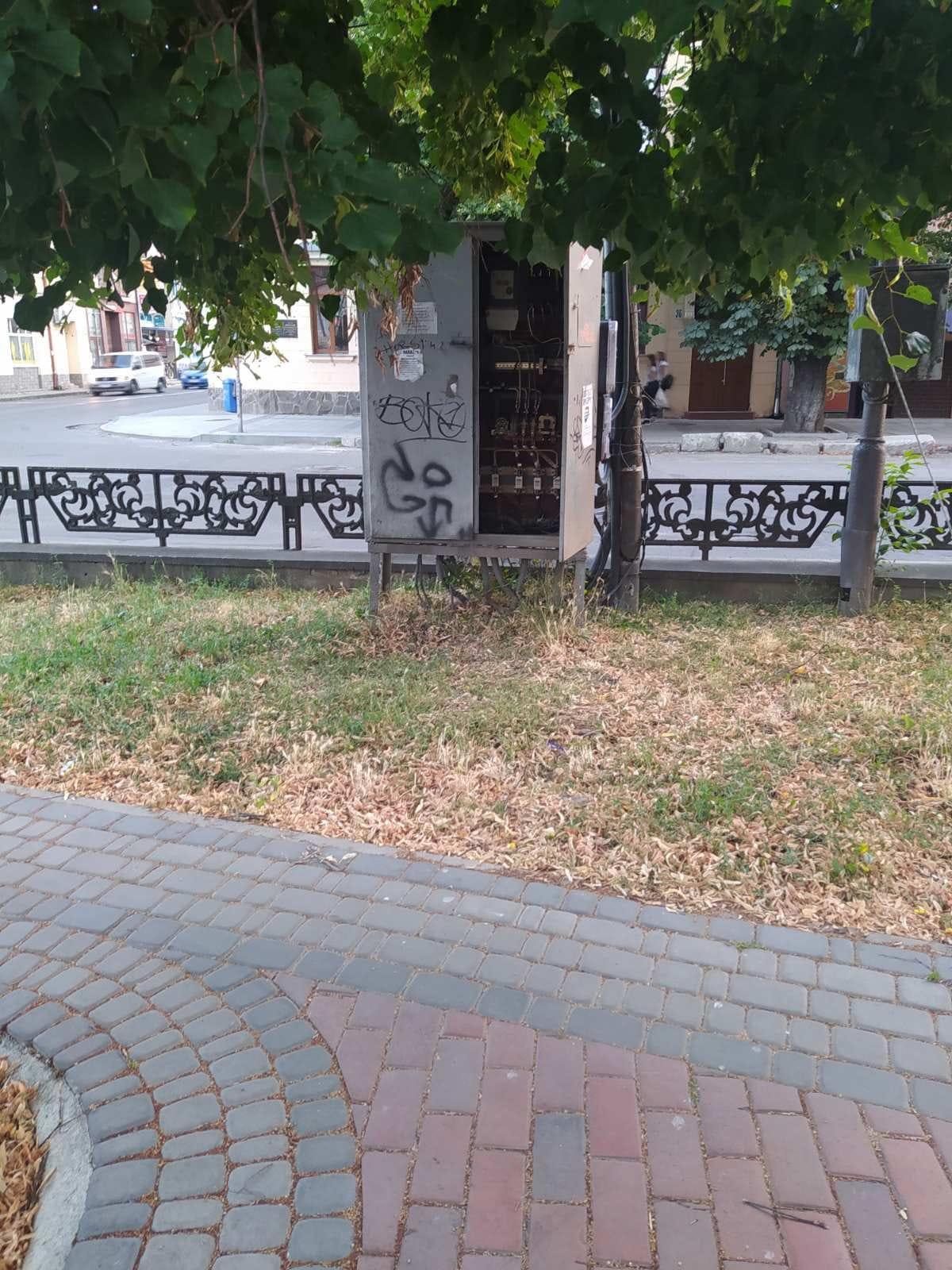 На площі Петефі - відкритий щит з електричними кабелями.