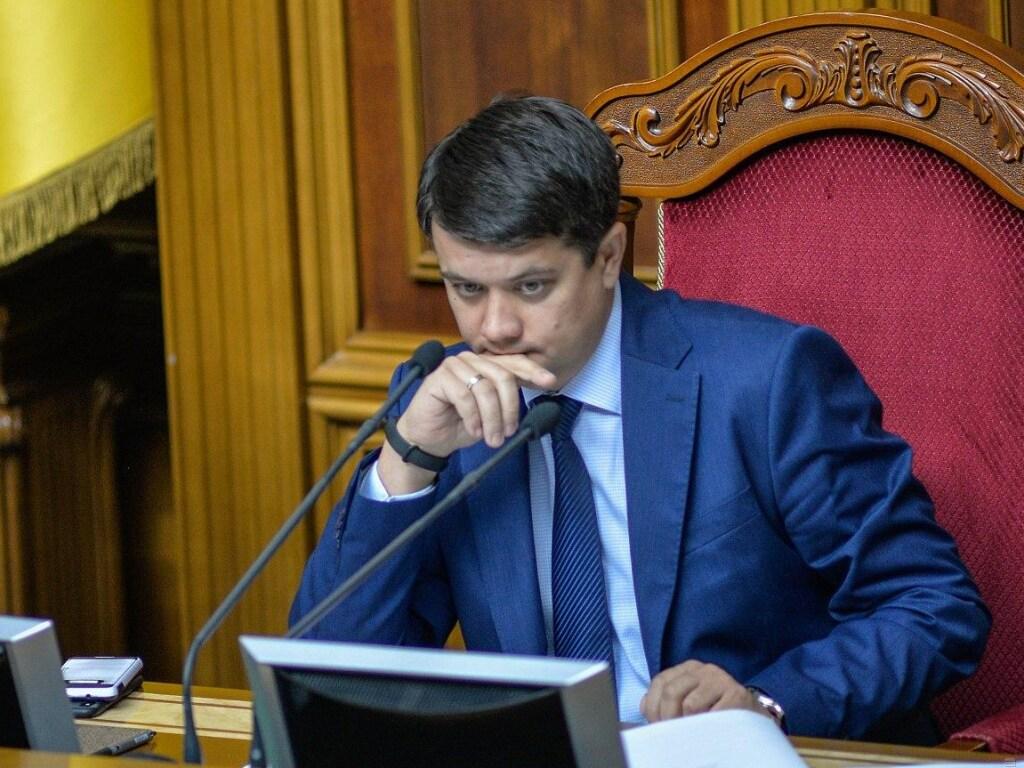 Голова Верховної Ради Дмитро Разумков каже, що парламент і президент швидко відреагують на ситуацію щодо рішення про визнання неконституційними окремих положень антикорупційного закону.