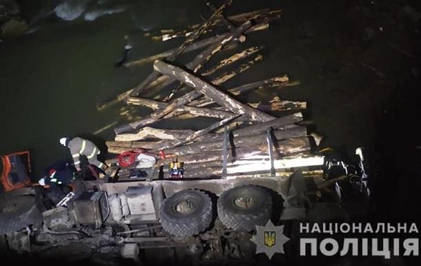 Водій не впорався з керуванням, і КамАЗ із мосту впав у річку. Двоє людей, які перебували в кабіні, загинули. Третя травмована.