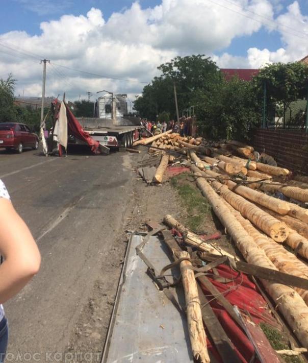 Фура з дровами потрапила в ДТП: людину насмерть розтрощило стовбурами