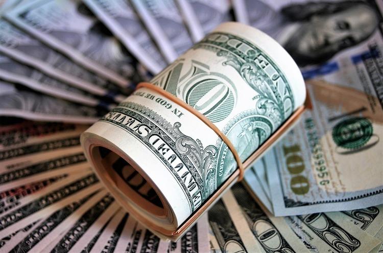 На міжбанку курс долара в продажу виріс на 3 копійки - до 28,31 гривень за долар, курс в купівлі також піднявся на 3 копійки - 28,29 гривень за долар.