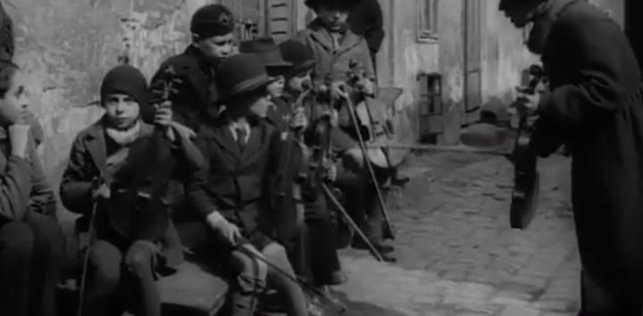 Унікальна кінохроніка для проекту The March of Time, що зафіксувала життя євреїв Карпато-Рутенії після угорської інвазії до Карпатської України та її входження до складу Угорщини.