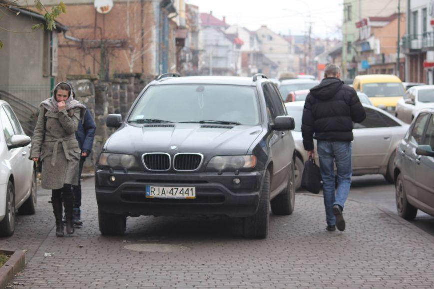 Олені, олені, небриті і неголені. В Ужгороді водійі залишив BMW посеред тротуару (ФОТОФАКТ)