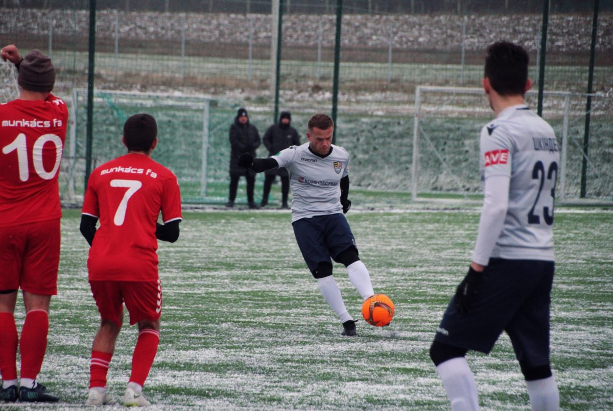 Поєдинок пройшов у четвер, 11 лютого, на штучному полі на базі академії мукачівського клубу.