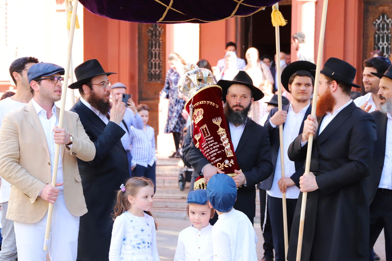 Накануне в Ужгороде состоялся праздник Ахнасат Сефер Торы - введение в синагогу новой головы Торы.