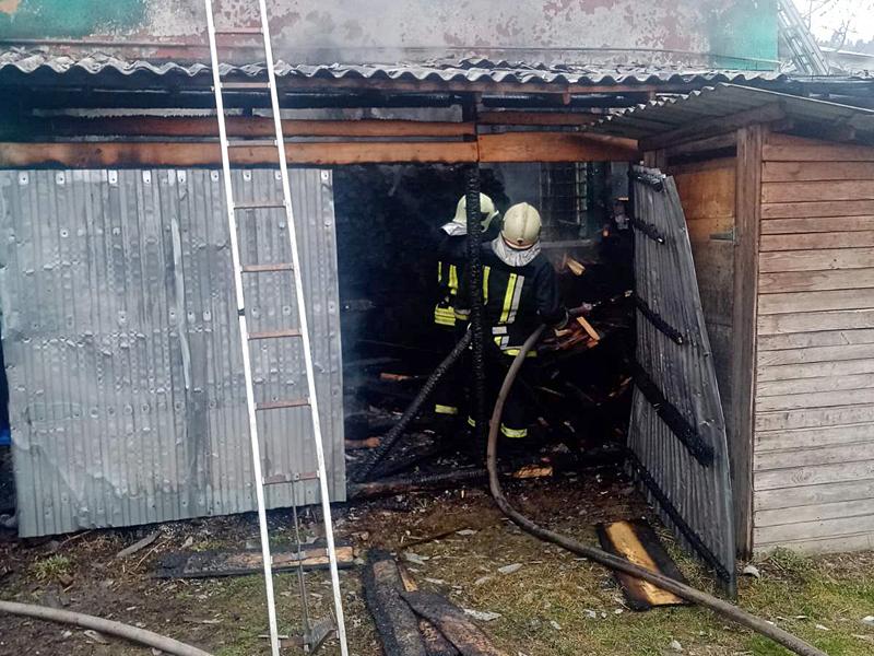 Рятувальники ліквідували пожежу в дроварні та врятували від знищення магазин.
