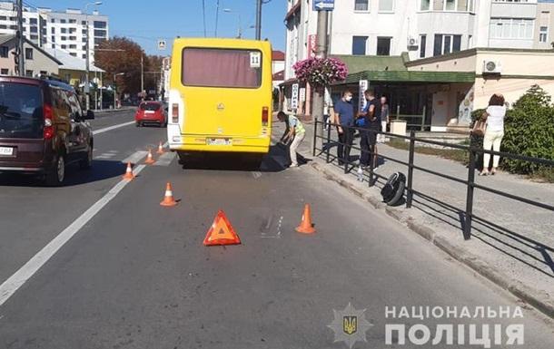 Постраждалий чоловік їхав по проїжджій частині на моноколесі, коли його зачепив маршрутний автобус.