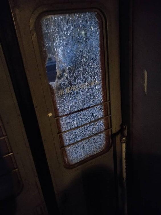Коли потяг проїжджав ужгородський мікрорайон Радванка його закидали.
