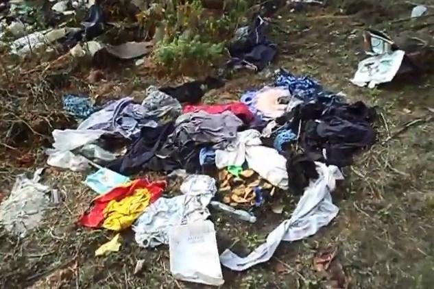 Повсюди купки різного стіття, пластикові пляшки, іграшки, пакети, одяг та інші відходи.