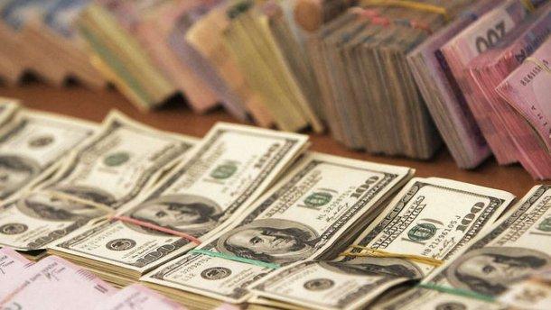 Курс долара на міжбанку в продажу зріс на 13 копійок - до 25,29 грн / долар, курс у покупці піднявся на 15 копійок - до 25,28 грн / долар.