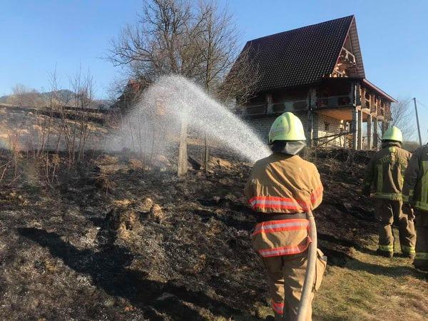 Чергова пожежа сухої рослинності, й знову знищене майно закарпатців.