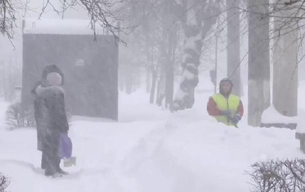 На Прикарпатті через снігові замети 50 сіл опинилися повністю відрізаними від світу. Замети місцями досягають півтора метра у висоту.