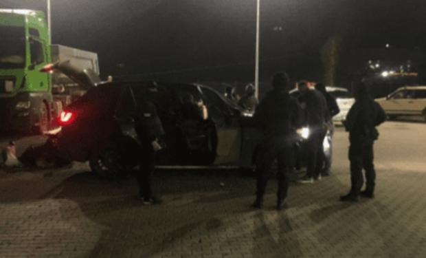 У середу ввечері у Мукачеві на заправці UPG співробітники СБУ затримували злочинців.