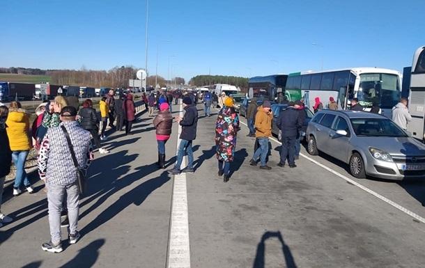 Пішохідне сполучення на низці пунктів пропуску припинилося, а люди, які не встигли перетнути кордон, змушені були податися на польський автомобільний пункт пропуску Корчова.