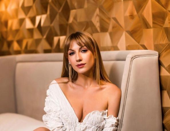 Популярна телеведуча Леся Нікітюк підняла настрій шанувальникам знімками в купальнику.