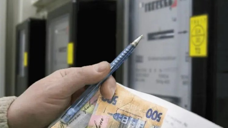 Середньостатистична українська сім'я споживає від 200 до 400 кіловат на місяць, в залежності від того, якою технікою користується.