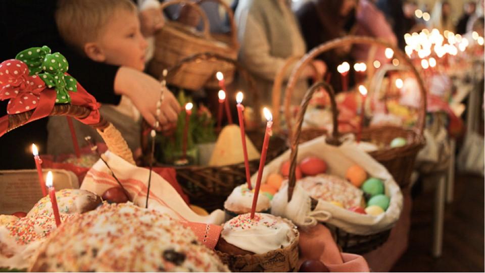 Журналистка 'Голоса Карпат' узнала, как закарпатцы планируют освящать корзины и пойдут в храм, ведь пасхальный обряд уже анонсированный многими церквями.