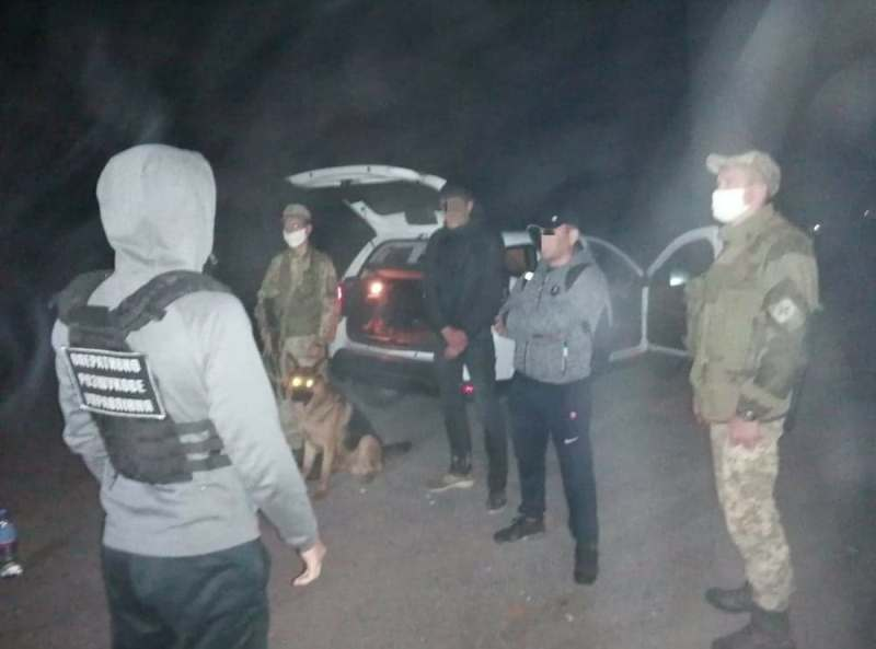 Сьогодні вночі на Закарпатті прикордонники Чопського загону затримали двійку незаконних мігрантів, що мали намір потрапити до країнЄС в обхід пунктів пропуску.