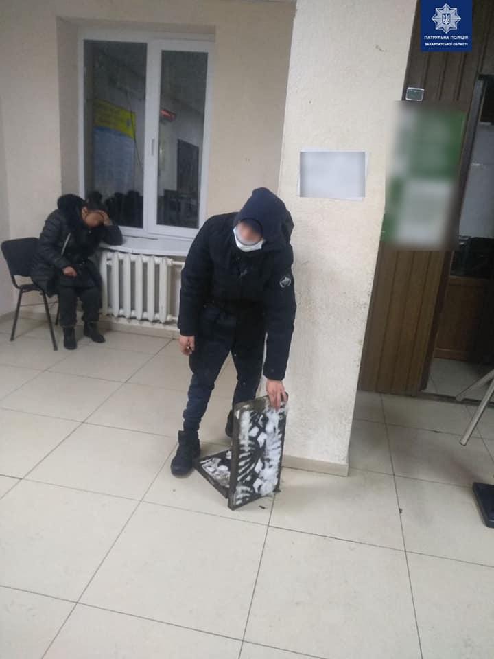 Вночі, під час патрулювання вулиці Шумної, в Ужгороді, патрульні помітили невідомого, який ніс водостічні решітки.