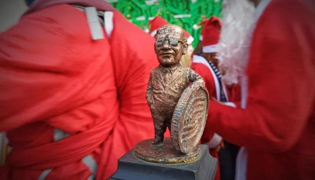 В Ужгороді встановили 44-ту мініатюрну скульптуру, яку присвятили Нобелівському лауреату, вихідцю із Закарпаття Мілтону Фрідману.