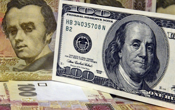 Курс долара впав до ще одного мінімального значення в цьому році, побивши рекорд чотирирічної давності. Тим часом на міжбанку курси долара і євро перейшли на зростання.