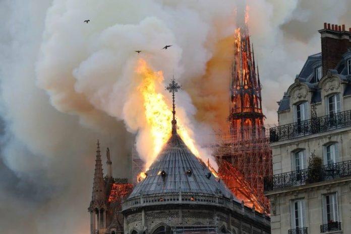 В інтернеті з'явилась фотографія Собору Паризької богоматері, де вчора, 15 квітня, сталася пожежа.