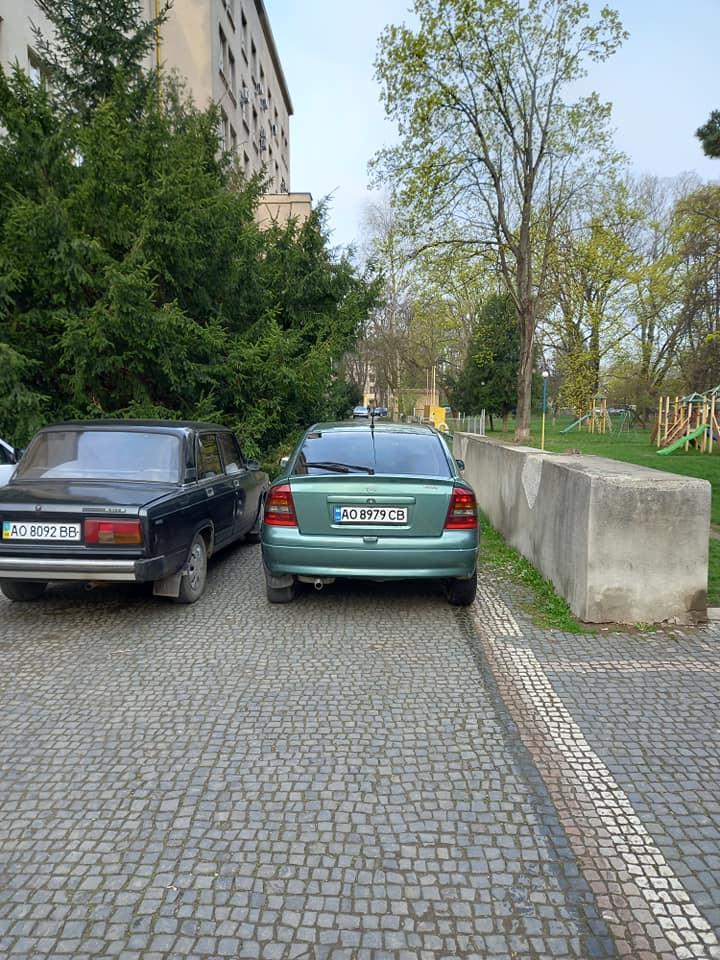 Водії заблокували рух тротуаром своїми автомобілями.