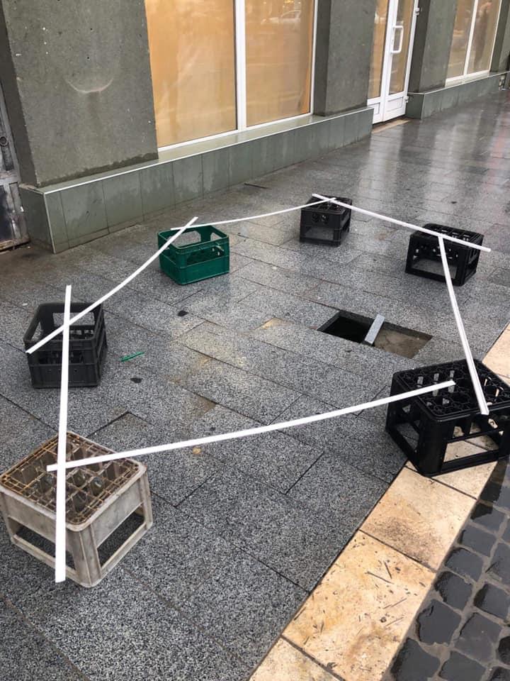На тротуарі перед магазином вже з'явилася яма.